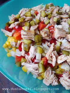 Ton balıklı salata Malzeme: -1 kutu ton balik -1 cay bardagi misir -yarim cay bardagi kornison tursu (ben tatli/eksi olani kullandim) -1 cay bardagi kucuk dogranmis kirmizi biber -1 kucuk sogan kucuk dogranmis -tuz, karabiber, 1/2 limon suyu ve zeytinyag  Yapilisi: Butun malzemeleri salata tabagina koyup karistirin. Tuz, karabiber ekleyerek damak tadiniza gore ayarlayin. Bu salataya kekte guzel yakisir.