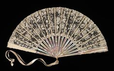 Tiffany & Co. Culture: American Medium: mother-of-pearl, linen, ivory, metal, silk. Brooklyn Museum Costume Collection at The Metropolitan Museum of Art Antique Fans, Vintage Fans, Vintage Purses, Vintage Style, Hand Held Fan, Hand Fans, Vive Le Vent, Chinese Fans, Chinese Style
