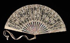 Departamento de la tienda: Tiffany & Co. (1837-presente) Fecha: 1900-1905 Cultura: Americana Medio: la madre-de-perla, ropa, marfil, metal, seda,