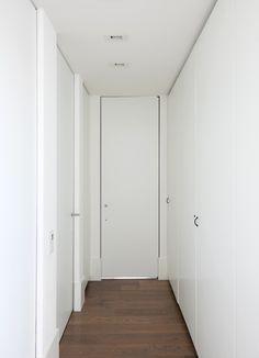 Moderne binnendeuren tot aan het plafond zonder omlijsting (IBO/SVD/NZSL/Designer White D354-EM/DK.A4rvs)