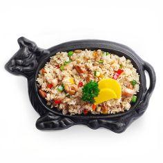 Жареный рис с курицей, цукини, сладким перцем, луком и морковью.