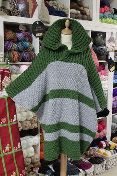 PONCHO DE LANA DE BELINDA: El poncho es una prenda que no pasa nunca de moda. ¿Sabíais que se remonta a hace siglos? Proviene de América, donde, por su sencillez y utilidad ha venido siendo utilizada por los nativos, especialmente en las zonas andinas. Ésta que está en la foto la ha hecho Belinda en nuestros talleres de lana. Ha utilizado aguja del seis y la lana es de Mondial, una de las mejores marcas del mercado.