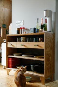 ラーチ合板の食器棚は、A+Saがデザインから製作まで行ったもの。