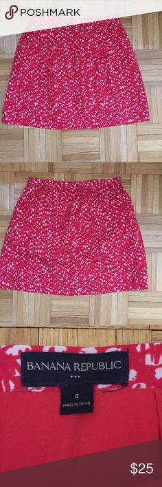Banana Republic skirt Adorable Banana Republic skirt in perfect condition. Red lining. 100% polyester so doesn't wrinkle! Banana Republic Skirts