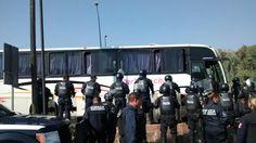 Este mediodía, presuntos estudiantes de escuelas normales de Michoacán se apropiaron de dos camiones de pasajeros en la Salida a Pátzcuaro; de inmediato fueron interceptados por elementos del GOES, quienes ...