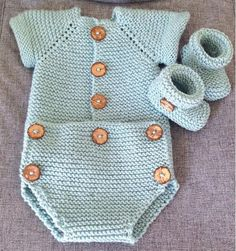 Knit Romper & Baby& -Pattern and tutorial - Knitted romper with two needles and matching booties. Free step by step tutorial and pattern. Baby Boy Knitting Patterns, Knitting For Kids, Baby Patterns, Knitted Baby Clothes, Knitted Romper, Baby Pullover, Crochet For Boys, Baby Sweaters, Baby Dress