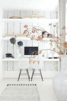 décoration scandinave, un mur blanc et étagères flottantes, bureau suspendu blanc