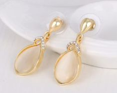 Elegantné naušnice v tvare slzy v zlatej farbe s kryštálikmi, Pearl Earrings, Pearls, Jewelry, Pearl Studs, Jewlery, Jewerly, Beads, Schmuck, Jewels