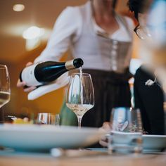 Erweiterte Halbpension in stilvollem Ambiente im Herzen Österreichs genießen.  Fulminantes Frühstücksbüffet mit regionalen Produkten, vitale Jause und mehrgängige Abendmenüs erwarten die Gäste in der WASNERIN. Unser freundliches Serviceteam erwartet Sie! Yoga Hotel, White Wine, Planer, Alcoholic Drinks, Freundlich, Curly, Food, Style, Gourmet