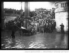 Inondations, 24/1/1910, quai de Passy [Paris, 16e arrondissement, passeur avec charrette à bras] : [photographie de presse] / [Agence Rol] - 1