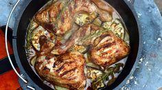 Cajun Hähnchenschenkel aus dem Dutch Oven Feuertopf schmecken prima. Wie man das Rezept zubereitet erfährst du hier. Im Dutch Oven geht das fast wie im Backofen