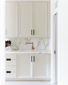 saturday night inspiration because everything here is lovely (and weve referenced this look for a future butlers pantry design). That marble slab modern cabinetry and mix of metals is just so good. Design via saturday night inspi Kitchen Decor, Kitchen Inspirations, Marble Backsplash Kitchen, Kitchen And Bath, Pantry Design, House Interior, Interior, Kitchen Marble, Kitchen Remodel