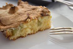 Die Kombination aus saurem Rhabarber, süßem Baiser und saftigem Kuchen: Der Rhabarberkuchen vom Blech mit Baiserhaube ist einfach genial.