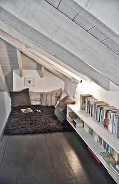 読書スペースとしてしつらえたロフト。まさに「隠れ家」という感じの低い天井がかえって心地よさげです。