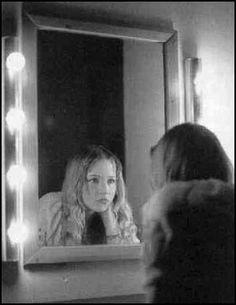 """""""El espejo tiene algo en él, algo verdadero y malo."""" - La niña que odiaba los ESPEJOS. #creepy"""