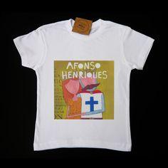 T-shirt branca, 100% algodão, com ilustração de Afonso Henriques e D. Mafalda estampada. t-shirt fabricada em Portugal.