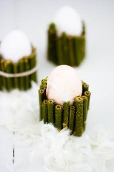 Eierbecher aus Papprollen, doppelseitiges Klebeband und Ästen