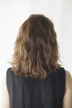 シュワルツコフオンライン プレーンなIラインのファッションは 無造作なミディアムヘアで抜け感を。 - ヘアカタログ