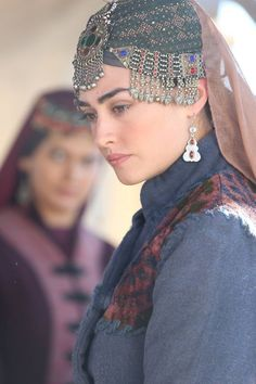 You must be watching well known Turkish series Ertugrul. Most of the jewelry thier women wearing are resembled with the one Afghans wearing in Afghanistan and part of Pakistan. Presenting Haleema Sultan Matha Patti and other set in coming days. Turkish Women Beautiful, Turkish Beauty, Turkish Art, Beautiful Girl Photo, Beautiful Hijab, Afghan Girl, Esra Bilgic, Muslim Beauty, Hijab Style