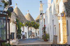 Alberobello, Itália Não tem certeza qual é a parte mais encantadora desta cidade, mas é seguro afirmar que os edifícios de pedra calcária br...