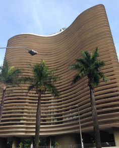 Destino: Belo Horizonte > Brumadinho MG #amttinhotim  A cidade respira Oscar Niemeyer . O Edifício que leva seu nome fica na Praça da Liberdade.  Mas o que quero falar mesmo é sobre #inhotim. Vale pegar um voo pra #Confins alugar um carro e se ENCANTAR com as obras e instalações a céu aberto deste museu. Custa R$40 de sex a dom e feriado.  No site de @inhotim há infos completas inclusive de sugestão de hospedagem. Como eu não conhecia BH fiquei num Ibis Budget (simplesssss mas limpo) e fui…