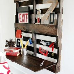 Easy to make fold-up pallet desk from a single pallet.  Great beginning pallet project.