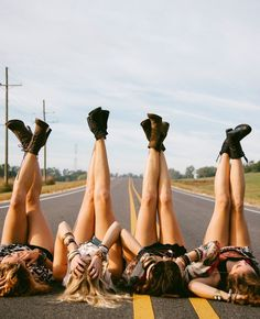 Adorable group photo for you & your bffs to take this summer #bffgoals - Daily Opulence Team | www.dailyopulence.com
