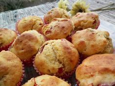 Muffins con aceitunas, pimientos de piquillo y queso.
