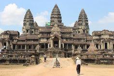 Angkor wat                   Angkor Wat (en jemer Ângkôr Vôtt ), escrito también en ocasiones Angkor Vat, es el templo más grande y también el mejor conservado de los que integran el asentamiento de Angkor. Está considerado como la mayor estructura religiosa jamás construida,y uno de los tesoros arqueológicos más importantes del mundo.