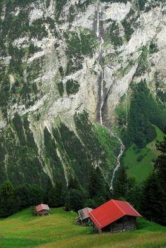 Chalets overlooking the Lauterbrunnen Valley - Switzerland   (10 Beautiful Photos)