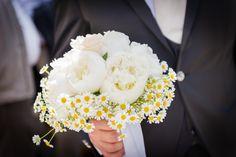 Un letto di bianche margherite per questo candido bouquet