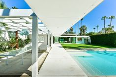 This luxurious single family residence is situated in Palm Springs, California, United States and designed by Studio AR+D Architects. Dream Home Design, Home Design Plans, Modern House Design, Modern Patio, Modern Landscaping, Midcentury Modern, Minimalist Architecture, Modern Architecture, Palm Springs Style