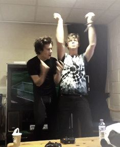 harry styles and ashton (gif) I have a 5SOS board if u guys want to follow it :)