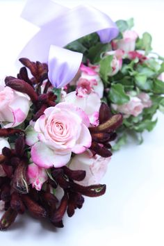 DIY flower balls with fresh flowers - by The Smell of Roses. A simple flower recipe that will allow you to produce professional wedding/party decoration in  5 steps. Pomander DIY / Kissing balls DIY