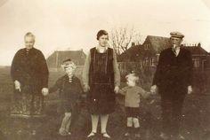 Hegebuorren op de achtergrond. Links boerderij van Oege Faber. (Later bungalow met platte schuur) Fam Dijksma op de foto.