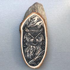 Hout segment met een originele tekening van een uil door Inkspirednl