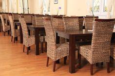 Flechtstühle im Innenraum laden zum gemütlichen Kaffeegenuss ein.