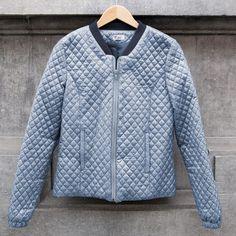 Grâce à ce tissu materlassé à anorak, cette veste de mi-saison a un look moderne. Vous êtes prête pour un nouveau défi ? Alors allons-y avec cette Veste Rocha de mi-saison, avec des techniques comme liserer les poches ou monter une doublure ! Vous trouverez le patron de la Veste Rocha dans notre édition de septembre/octobre. Dans ce paquet :  Tissu à anorak matelassé vert/bleu : 1,45 m (sur 1,44 m de large) Composition : 100 % PL Tissu côtelé : 0,1 m (sur 0,35 m) Composition : 95 % CO-5 %…