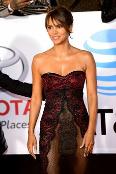 Halle Berry in Reem Accra Black Celebrities, Beautiful Celebrities, Celebs, Ohio, Hale Berry, Berry Berry, Halle Berry Hot, Sublime Creature, Cleveland