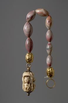 Paternoster from the first quarter of the 16th century, with agate, ivory and gilded silver pieces. 55.5 cm long. Kunsthistorisches Museum Wien, Geistliche Schatzkammer.  Inv.-Nr. SK_GS_D_5