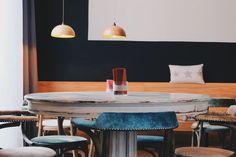 Una mesa industrial redonda con un color moderno.