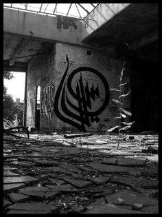 Street art Calligraffiti [Arabic calligraphy + graffiti] mural by eL Seed Graffiti Writing, Graffiti Tagging, Calligraphy Types, Islamic Calligraphy, Urbane Kunst, Graffiti Murals, Arabic Art, Street Artists, Islamic Art