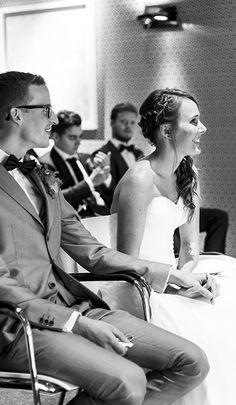 Hand in hand luisteren naar de trouwspeech met anekdotes. Mereveld is aangewezen als officiële locatie om te trouwen! #Mereveld Utrecht in TOP 5 populairste trouwlocaties van Nederland!