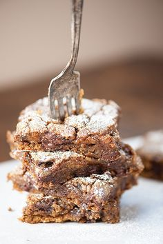 Gingerbread bars with some dark chocolate chips snuck in for good measure. Skip the hours of cookie cutting and get straight to the good stuff. Can we talk about gingerbread for a minute? The best Köstliche Desserts, Delicious Desserts, Dessert Recipes, Bar Recipes, Cream Recipes, Holiday Baking, Christmas Baking, Gingerbread Bar Recipe, Yummy Treats