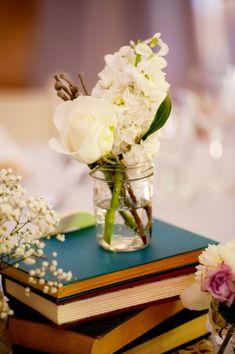 Decore com livros! Usar livros na decoração do casamento rústico fica maravilhoso. Veja mais...