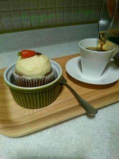 carrot cupcake + hand drip @ Seoul  당근 컵케익 + 핸드 드립 @ 서울  잠원동 胡罗卜蛋糕?+ 手萃咖啡?@ 韩国 首尔
