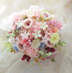 本日、軽井沢高原教会様へお届けしたブーケ、プリザーブドでクラッチ風仕立てです。ロケフォト用の花冠もブーケとお揃いで。後ろ姿もかわいく!メールのやりとりも何...