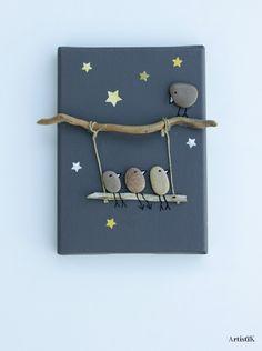 Tableau galets oiseaux bois flotté fond anthracite dessin humoristique petit format : Décorations murales par artistik