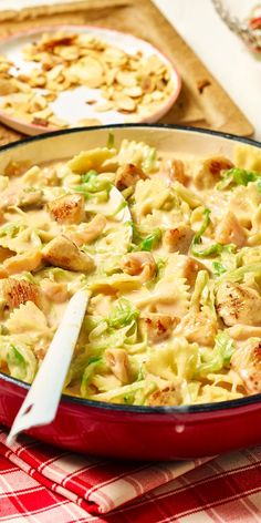 Rezepte mit Nudeln, wie unsere Farfalle-Pfanne mit Hähnchen, eignen sich perfekt für deine Lunchbox! Die Gerichte lassen sich schnell und unkompliziert aufwärmen, schmecken aber auch kalt, wenn es mal schnell gehen soll.