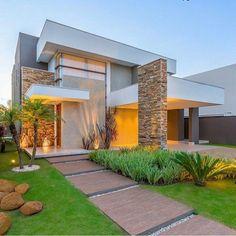 Fachada moderna com telhado escondido e paisagismo lindo 💚 por arqcamilacaetano @construindominhacasaclean Veja + no…
